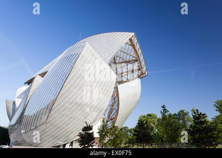 Fondation Louis Vuitton, Bois De Boulogne, Paris, Frankreich. Ostansicht des Segel-artige Gebäude. - Stockfoto