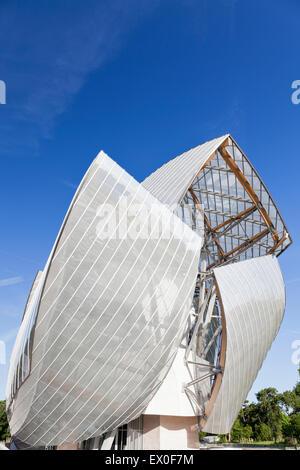 Fondation Louis Vuitton, Bois De Boulogne, Paris, Frankreich. Ostansicht Fassade aus Glas segelt. - Stockfoto