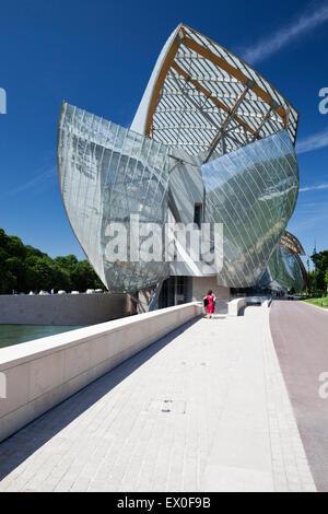 Fondation Louis Vuitton, Bois De Boulogne, Paris, Frankreich. Ostansicht von Jardin d' Acclimatation. - Stockfoto