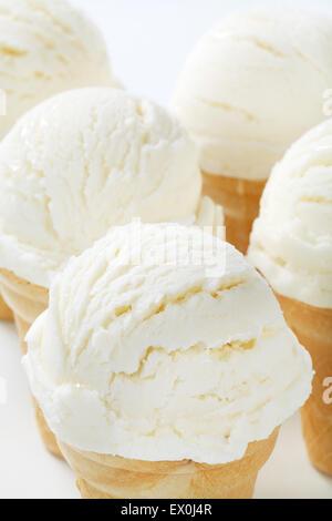Studioaufnahme von weißen Eistüten - Stockfoto
