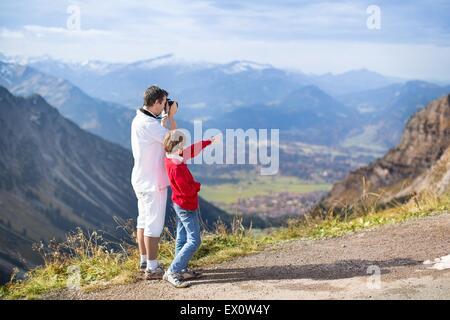 Junger Vater und Sohn Teenager die Bilder von einem wunderschönen Tal in den Bergen - Stockfoto