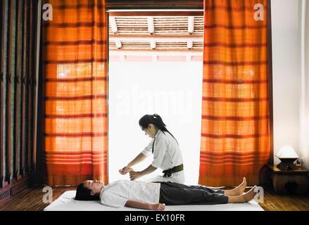 SIP-Sen oder traditionellen Lao Massage im Spa im La Residence Phou Vao, Luang Prabang, Laos. - Stockfoto