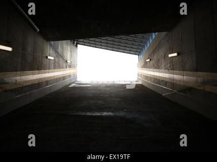 Garageneinfahrt, Betonwände, die rund um - Stockfoto