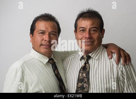 Hispanische Geschäftsleute, Büroangestellte lächelt, auf der Suche nach freundlichen. - Stockfoto