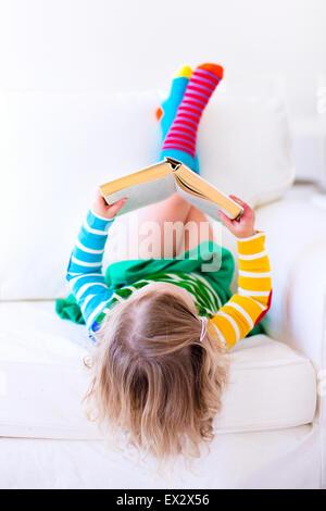 gl ckliche kinder b cher lesen kleine kinder b cher lesen kinder mit b chern auf einem wei en. Black Bedroom Furniture Sets. Home Design Ideas