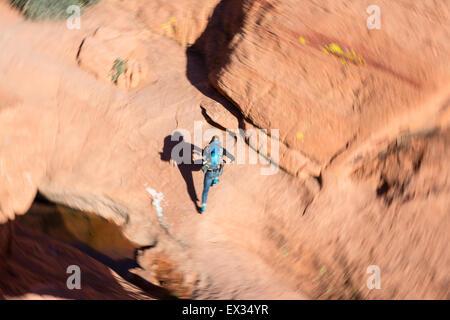 Ein Wanderer läuft auf einem Wanderweg in der Calico Hills von Red Rock, Nevada, begierig zu klettern beginnen. - Stockfoto