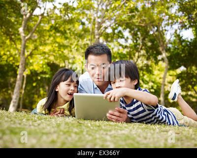 Vater und Kinder Spaß im freien - Stockfoto