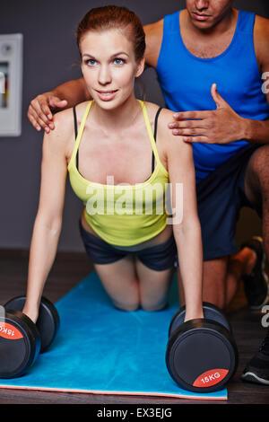 Sportliche Frau üben Gewichtheben im Fitness-Studio - Stockfoto