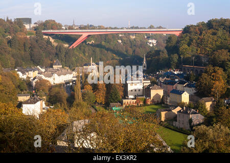 LUX, Luxemburg, Luxemburg-Stadt, Großherzogin Charlotte Brücke über den Fluss Alzette-Tal, Stadtteil Pfaffenthal. - Stockfoto