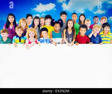 Multi-ethnischen Gruppe von Kindern mit leeren Plakatwand - Stockfoto
