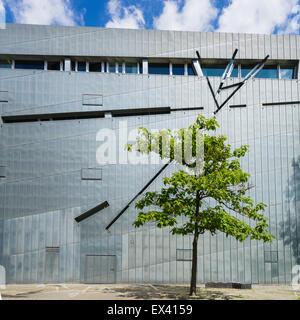 Baum neben modernen Fassade des jüdischen Museums in Kreuzberg Berlin Deutschland - Stockfoto
