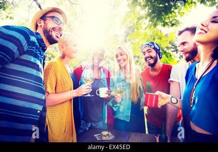 Freund feiern Party Picknick freudigen Lebensstil trinken Konzept - Stockfoto