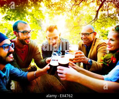 Unterschiedlichste Menschen Freunde trinken Konzept hängen - Stockfoto