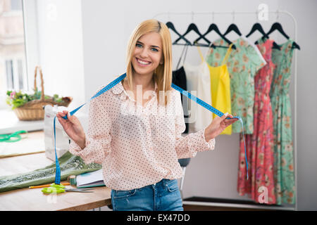 Frau Schneider stehen in Werkstatt und Blick in die Kamera Lächeln - Stockfoto