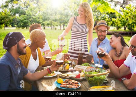 Freunde im freien Party Feier hängen Konzept - Stockfoto