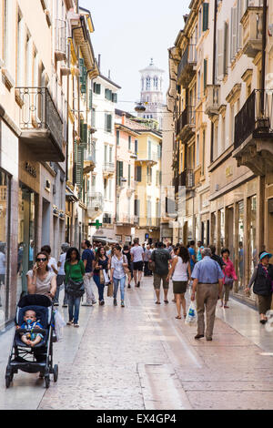 VERONA, Italien - Juni 3: Touristen in der Fußgängerzone von Verona, Italien am 3. Juni 2015. Verona ist berühmt - Stockfoto