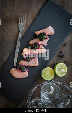 Lachs-Ceviche mit Heidelbeere Salsa Schiefer und Holz Hintergrund - Stockfoto