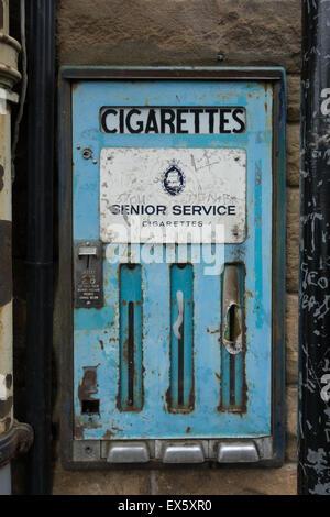 Stillgelegten Senior Service Zigarettenautomat auf Stein Wand in Viewfield Street, Stirling, Schottland, UK - Stockfoto
