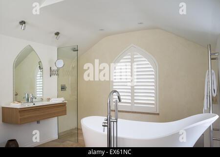 ... Loft Stil Schlafzimmer / Badezimmer Mit Holzbalken Decke Und Gotische  Fenster. Das Kalkstein