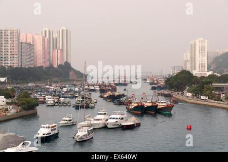 Hong Kong, Hong Kong SAR-19. November 2014: Fischerboote im Hafen von Aberdeen in Hong Kong. - Stockfoto