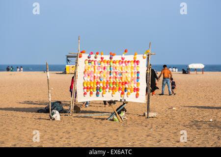 Bunte Ballons platzen Spiel in einen Vergnügungspark für Kinder vor Ort an einem sonnigen Tag, Marina Beach, Chennai, - Stockfoto