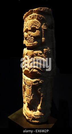 Maya-Steinrelief Spalte, aus der Puuc-Region, Yucatan, Mexiko 800-1000 n. Chr.. Der Gott der Unterwelt wird mit den Augen herausgerissen, als Skelett dargestellt.