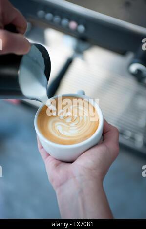 Rosetta Latte Art gießen - Stockfoto