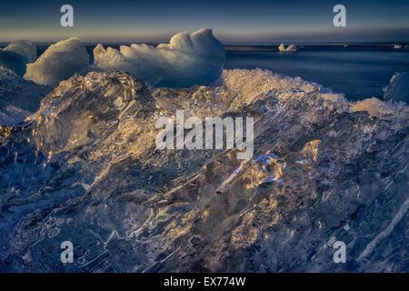 Eisberg-Formationen am schwarzen Sandstrand am Breidamerkursandur. Eisberge kommen aus der Jökulsárlón Glacial Lagune, Island Stockfoto