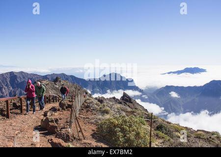 Touristen Spaziergänge entlang der höchsten Gipfel der Mirador Del Roque de Los Muchachos in La Palma, Spanien. - Stockfoto