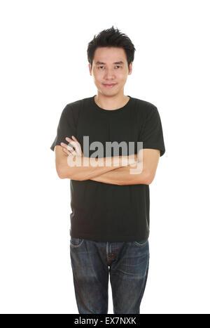 Mann mit verschränkten Armen und mit schwarzem T-shirt isoliert auf weißem Hintergrund. - Stockfoto