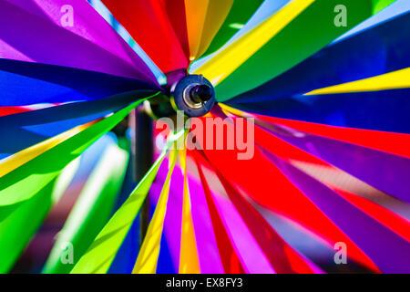 Eine Nahaufnahme von einem bunten Windrad. - Stockfoto