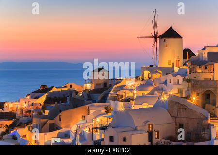 Die Stadt Oia während des Sonnenuntergangs auf Santorini, einer der Kykladen im Ägäischen Meer, Griechenland. - Stockfoto
