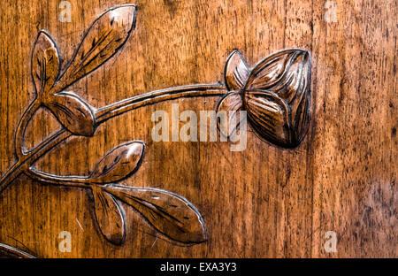 Blätter und Blüten geschnitzt im Holz eine antike Kommode - Stockfoto