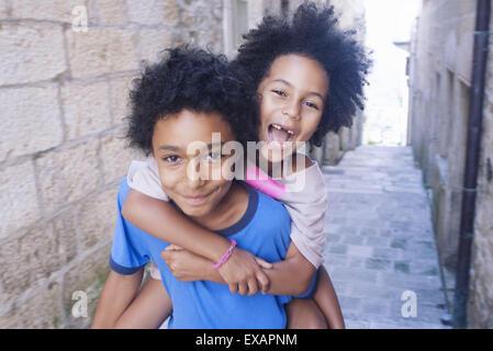 Bruder und Schwester gemeinsam Spaß zu haben, die im Freien, portrait - Stockfoto
