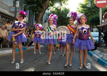 Eine Gruppe von Kindern nehmen Teil in einer Prozession während des katholischen Festivals von San Juan in Lanjaron, - Stockfoto