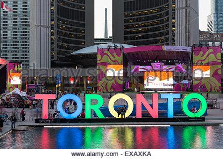 Toronto, Kanada. 9. Juli 2015. Die neue Toronto Nathan Phillips Square feiert die PanAm-Spiele, ist das neue Rathaus - Stockfoto