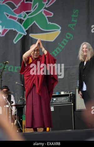 Seine Heiligkeit der Dalai Lama auf der Pyramide-Bühne mit Patti Smith und ihre Band in Glastonbury 28. Juni 2015ith - Stockfoto