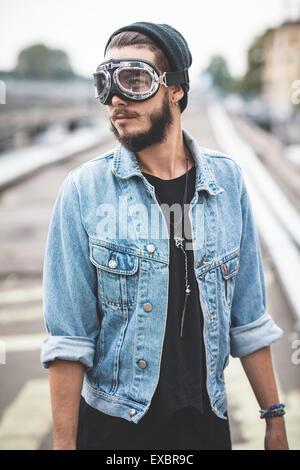 hübscher Junge bärtige Hipster Mann in der Stadt - Stockfoto
