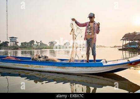 Junge in einem boot auf dem tonle sap fluss kompong chnang kambodscha stockfoto bild - Nasse fenster uber nacht ...