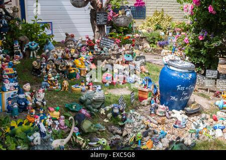 Garten Spielzeug, Puppen, Figuren. Alum Bay, der Isle Of Wight, Großbritannien - Stockfoto