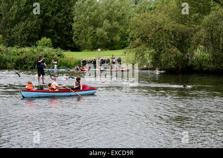 Derby, Großbritannien. 11. Juli 2015.A Familie in einem Ruderboot zusehen, wie Elite Schwimmer für die morgige Jensen - Stockfoto