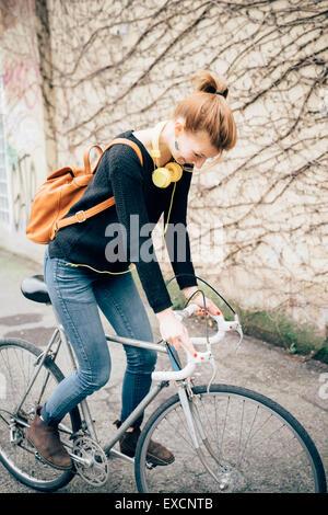 0747930793165 ... junge schöne Hipster sportliche blonde Frau in der Stadt mit Fahrrad -  Stockfoto