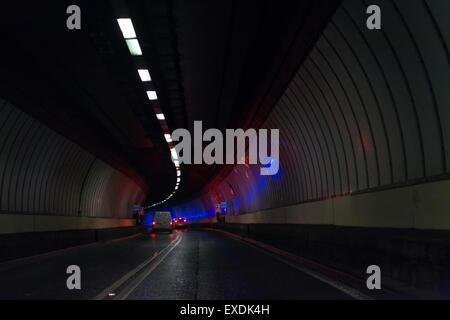 Clyde-Tunnels, Glasgow, Schottland, UK - Feuerwehrauto Lichter reflektiert an den Wänden des Clyde-Tunnels - Stockfoto