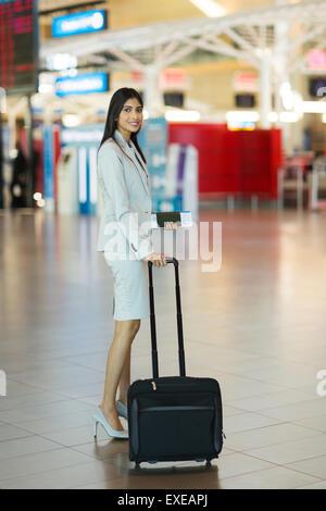 schöne junge indische Geschäftsfrau gehen auf Geschäftsreise mit dem Flugzeug