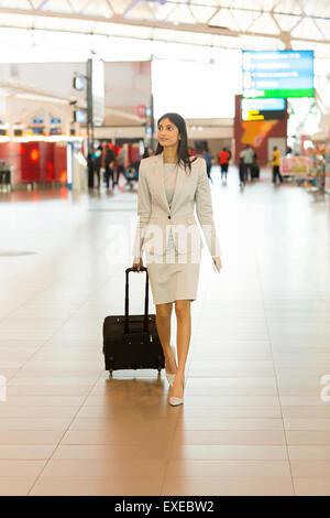 schöne junge indische Frau auf Geschäftsreise gehen