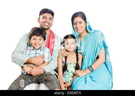 indische ländlichen Eltern mit Kinder sitzen - Stockfoto