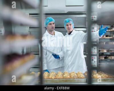 Bäcker in Sitzung im Kuchenfabrik - Stockfoto