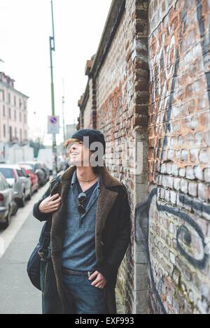 Musiker, die zu Fuß entlang der Stadtmauer, Mailand, Italien - Stockfoto