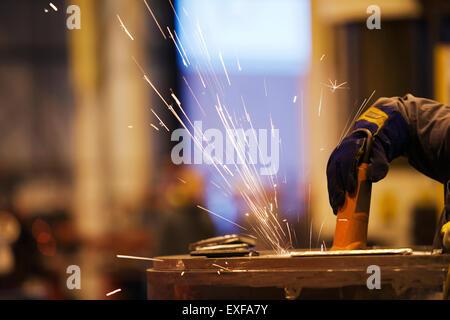 Funken von Arbeitskraft mit Mahlwerk in Fabrik - Stockfoto