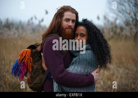 Paar in Landschaft - Stockfoto